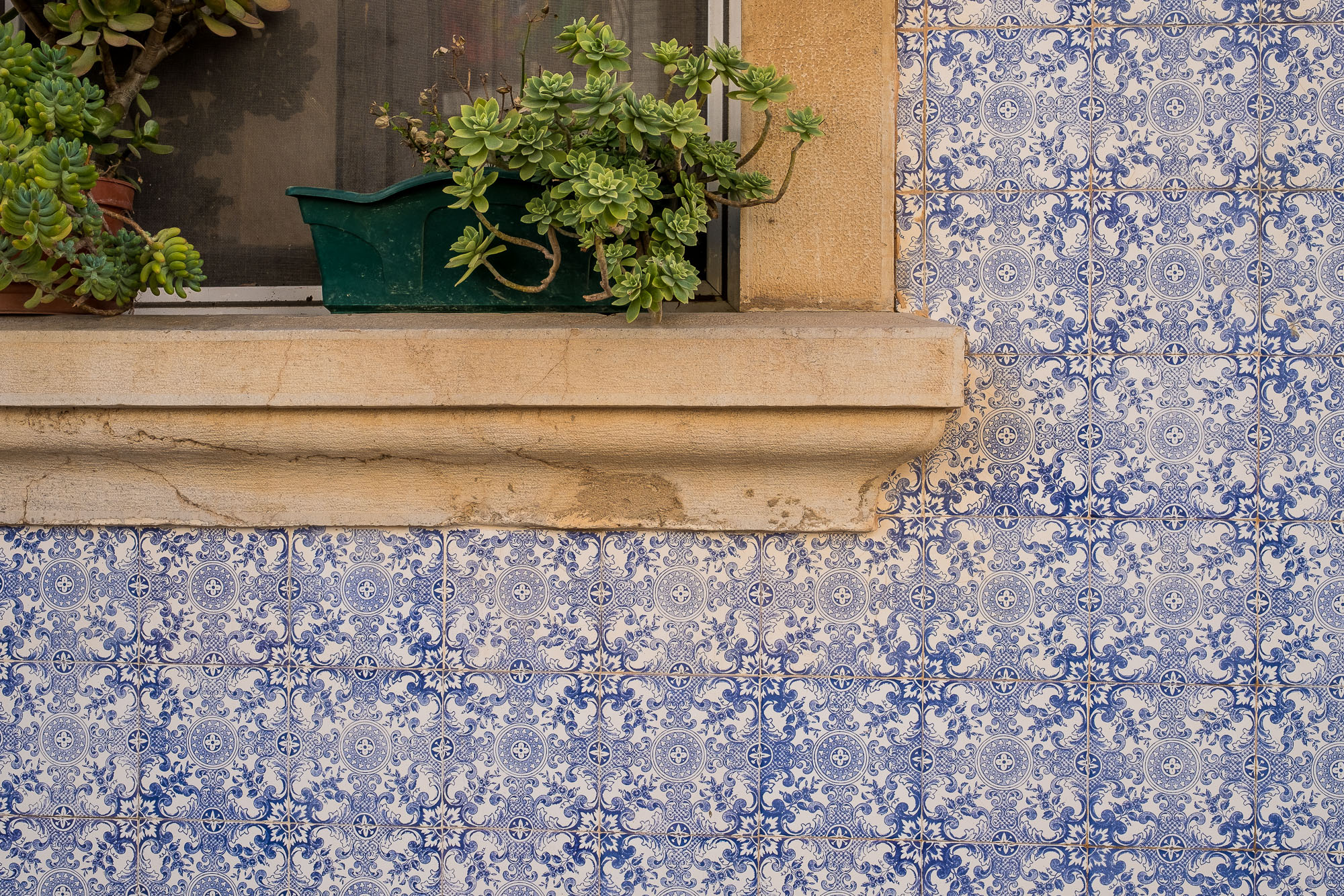 color photography inspiration, color in photography, examples of color in photography, photography of color, photography colours | Photo Blue tiles in Tavira, Portugal | Copyright Karin van Mierlo, Photography Playground