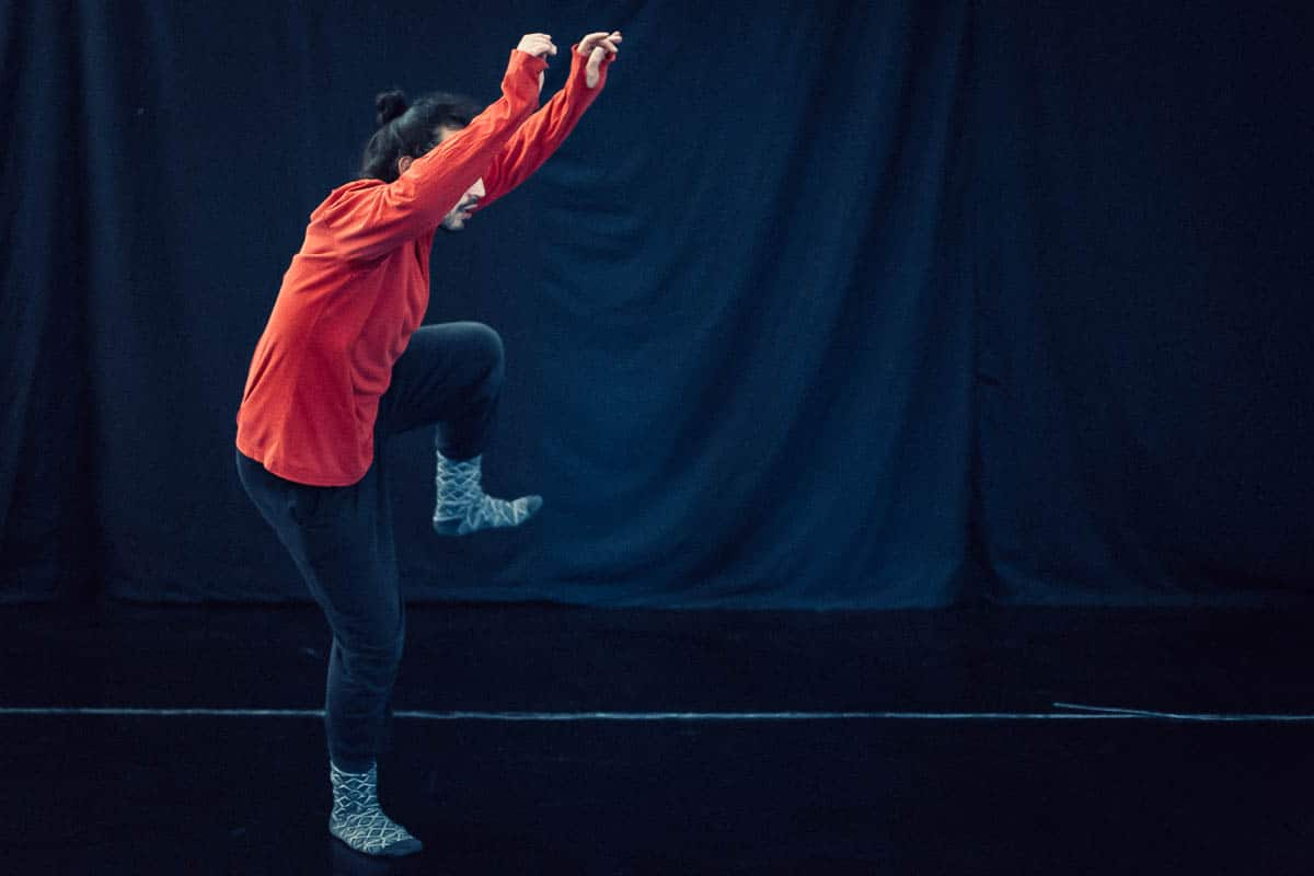 capturing motion in photography, action photography tips, camera settings for action shots, how to take good action photos, copyright Karin van Mierlo for Photography Playground. Photo:Dancer during rehearsals in a dance studio