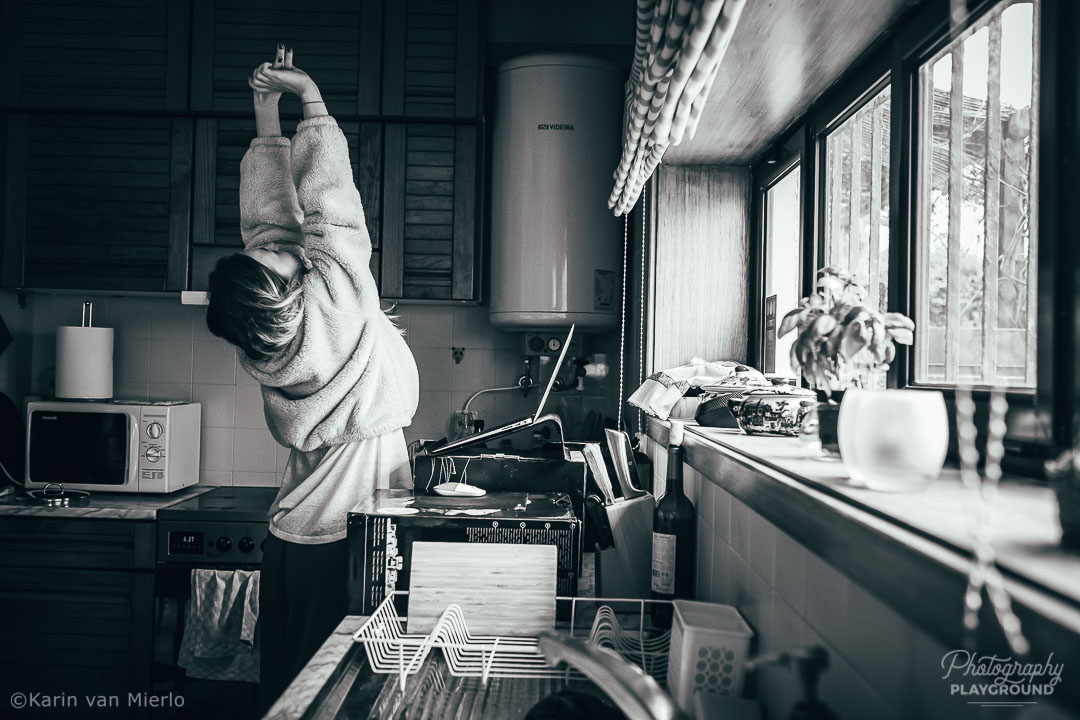 at home photography ideas | Photo: The Precious Mess Project: Zoey working in the kitchen 1 ©Karin van Mierlo Photography Playground
